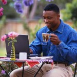 homme noir dans jardin